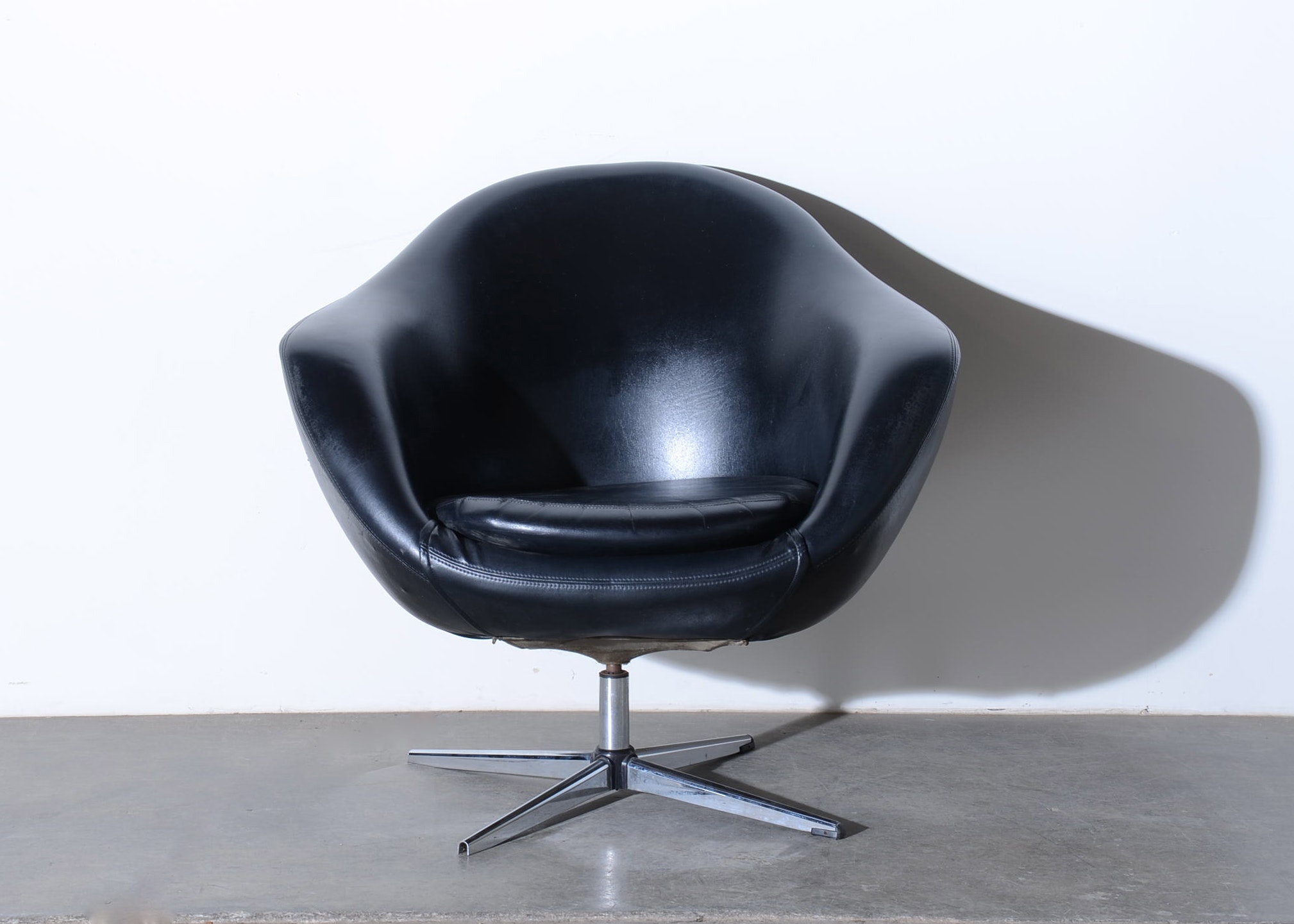Overman Oversized Lounge Pod Chair in Black Leather EBTH