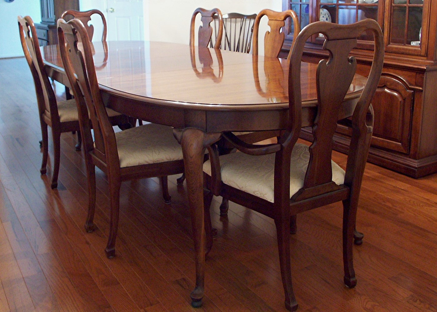 Thomasville Queen Anne Dining Table and Six Chairs : EBTH