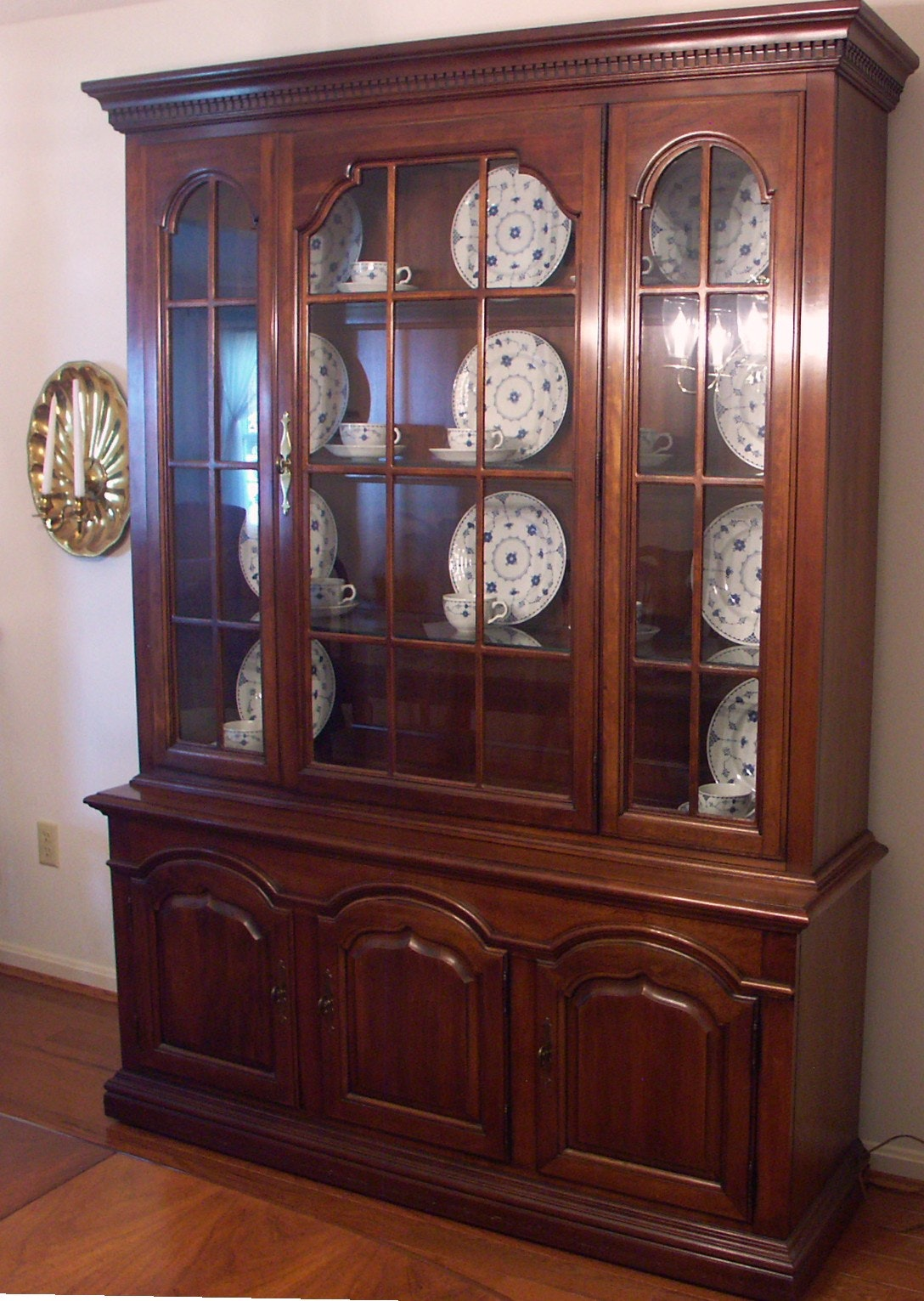 Thomasville Cherry Lighted China Cabinet And Hutch Ebth