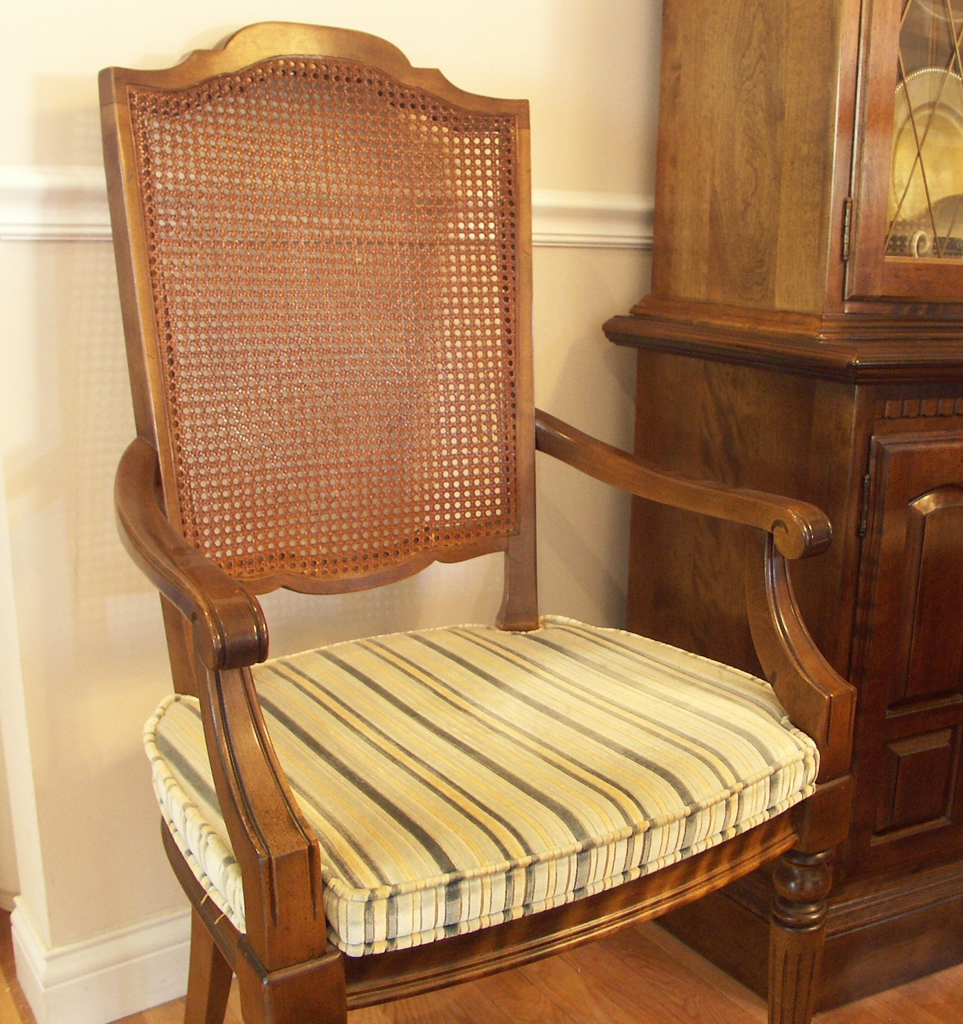 Ethan Allen Dining Table And Six Chairs : EBTH