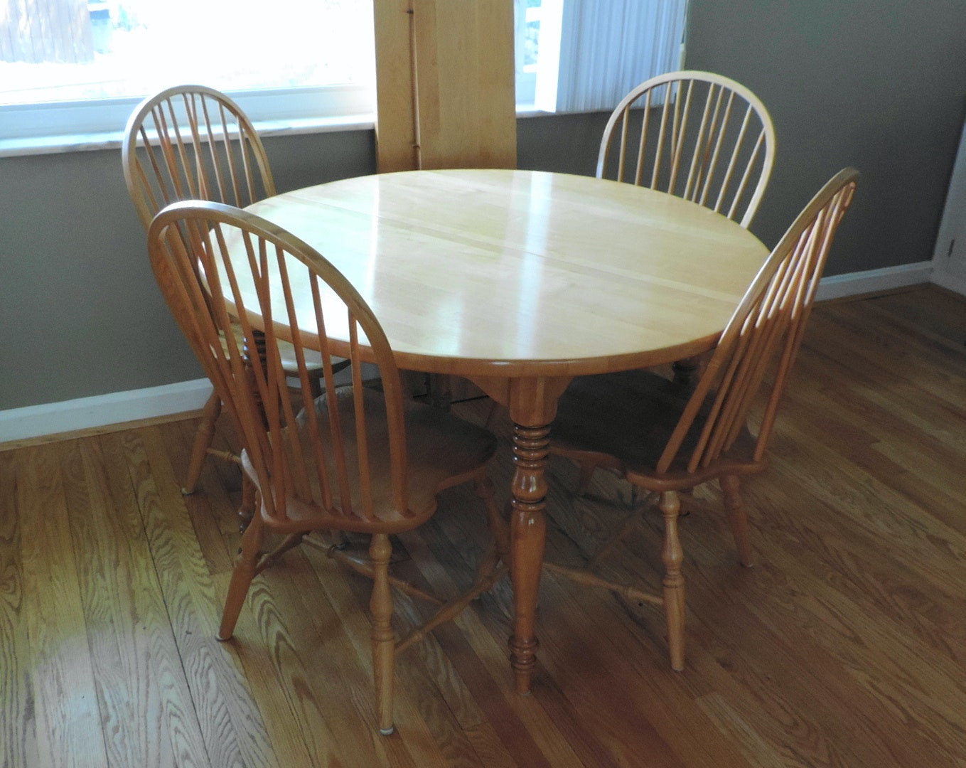 Maple Kitchen Table With Chair And Bench Ebth: Maple Dining Table With Four Chairs And Two Leaves : EBTH