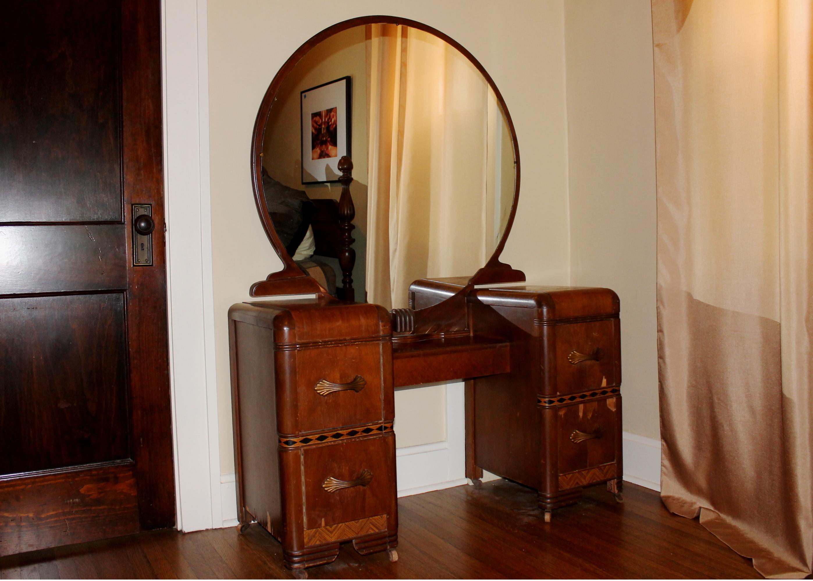 Art deco vintage 1930s vanity and round mirror