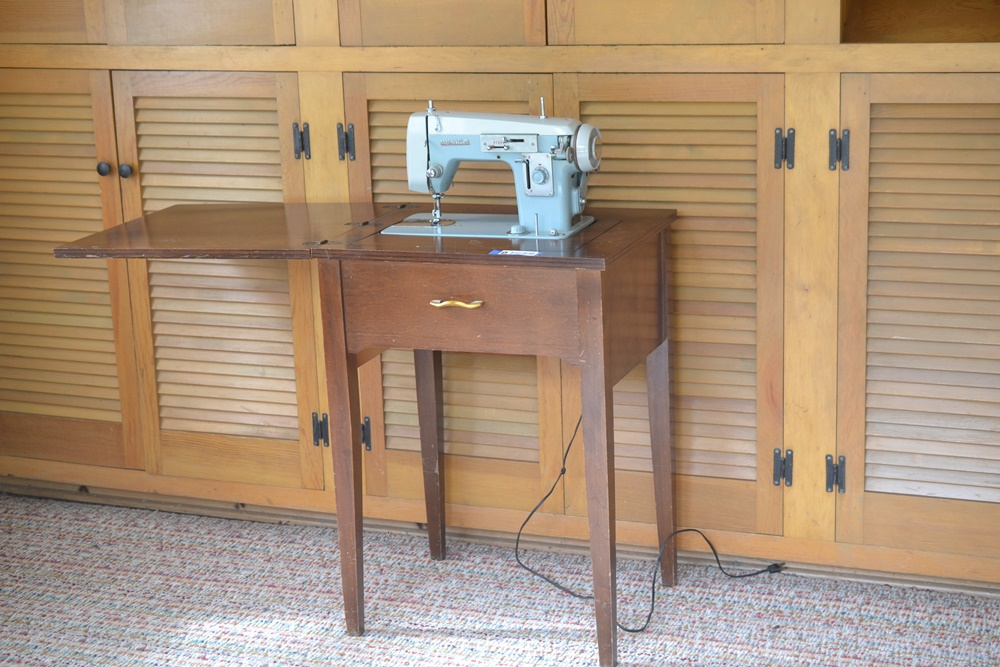 Vintage White Sewing Machine In Cabinet : EBTH