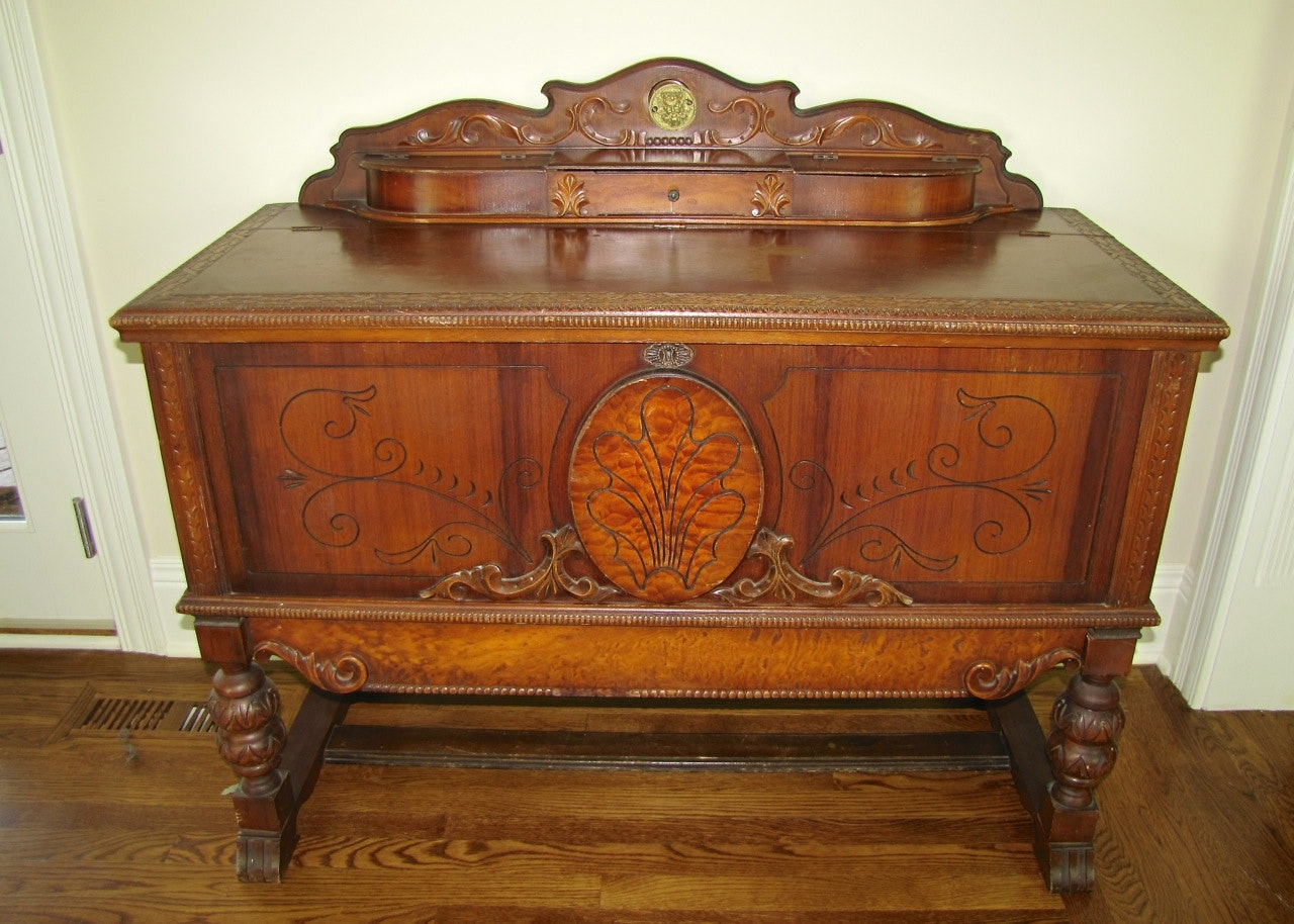 A Beautiful 1940s Roos Cedar Chest Ebth
