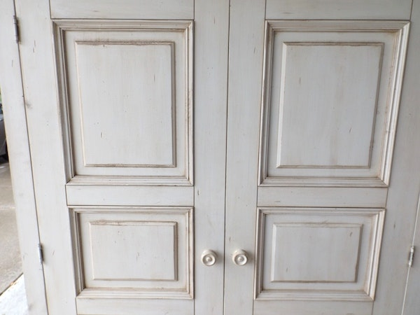 """Ethan Allen Corner Cabinet: Ethan Allen """"New Country"""" White-Painted Cabinet : EBTH"""