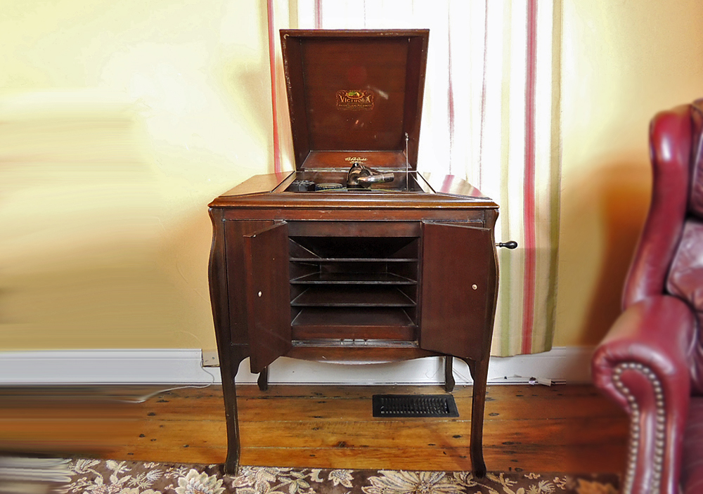 1900s Victrola VV 240 Record Player with 78 rpm Records : EBTH