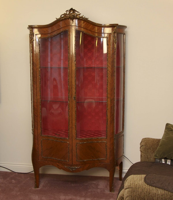 antique louis xv style mahogany veneered vitrine ebth. Black Bedroom Furniture Sets. Home Design Ideas