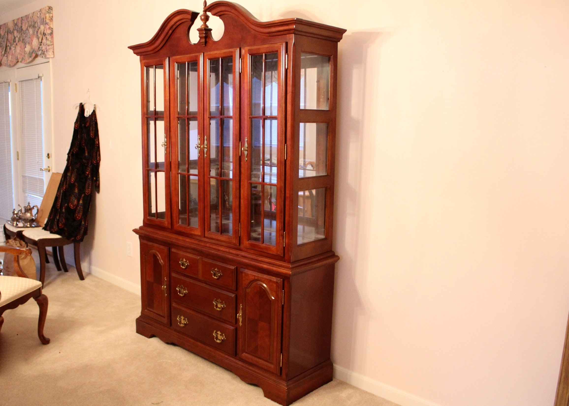 Superbe Queen Anne Style Cherry China Cabinet And Hutch ...