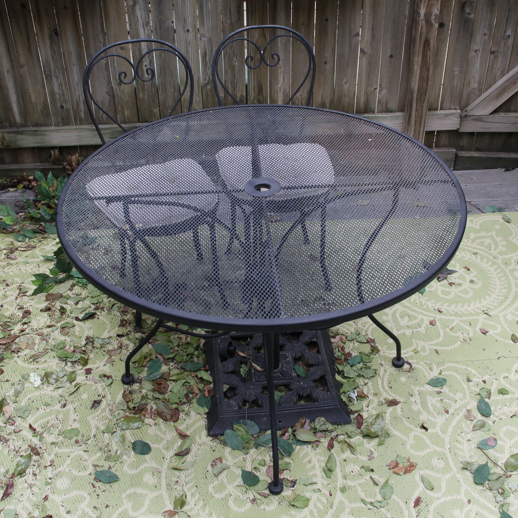 High Quality Round Plantation Patterns Metal Mesh Patio Table And Two Chairs ...