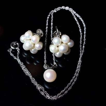 14k white gold and freshwater pearl necklace and earrings
