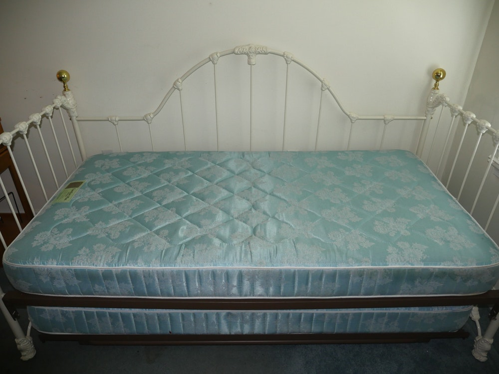 Vintage White Iron Twin Size Trundle Bed : EBTH