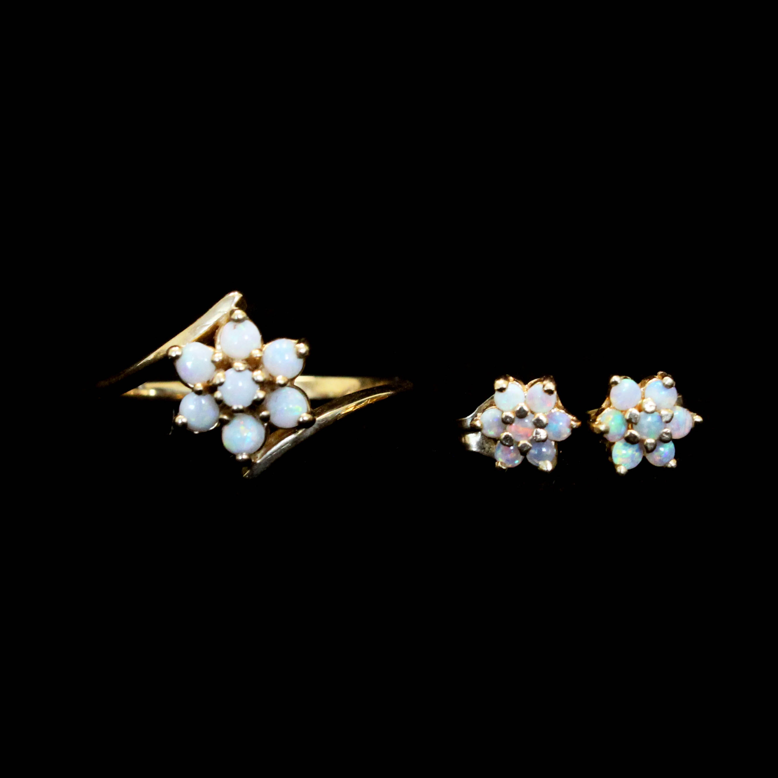 Yellow Gold Ring and Earrings with Opals