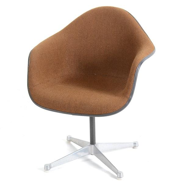 herman miller eames fiberglass shell chair on swivel