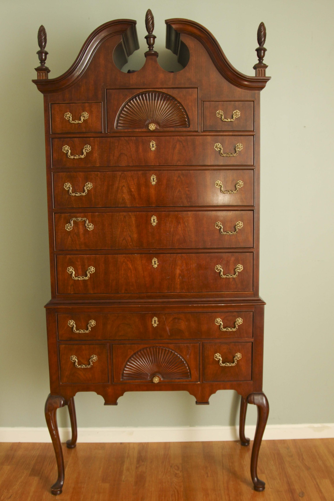 Queen anne style highboy by thomasville ebth for Queen anne style