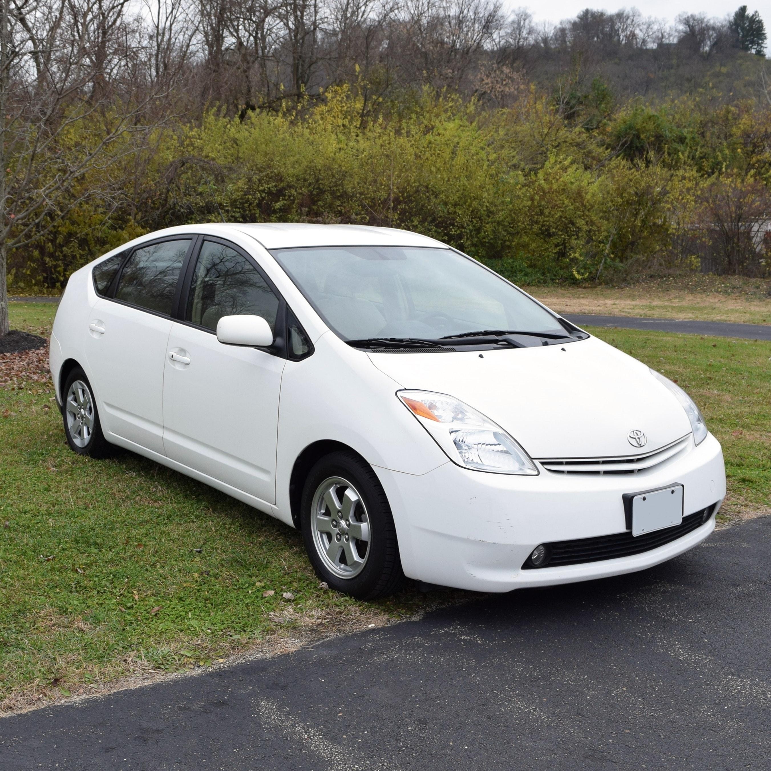2005 Toyota Prius Hybrid Four Door Sedan in Super White