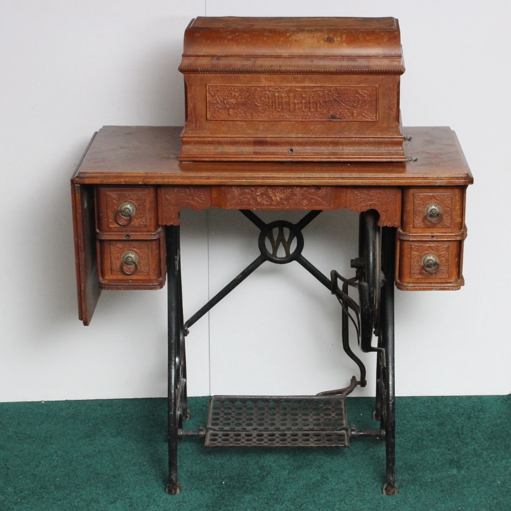Merveilleux Antique White Treadle Sewing Machine And Table ...