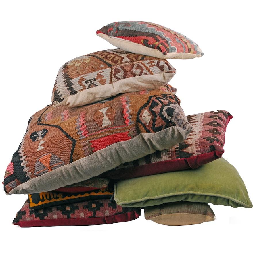 Group of Throw Pillows : EBTH