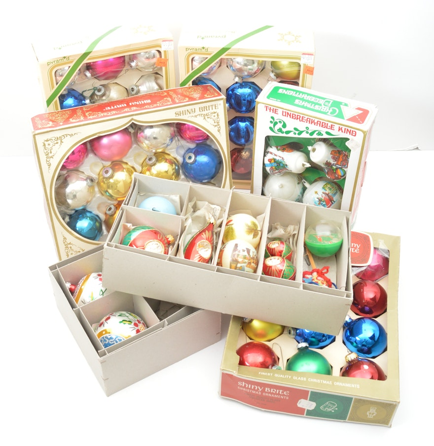 Sizable collection of vintage christmas ornaments ebth for Collecting vintage christmas ornaments