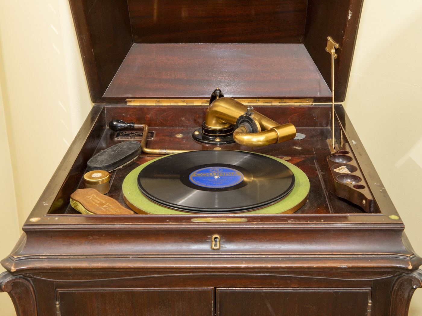 Victor Talking Machine Co. Victrola With Records | EBTH