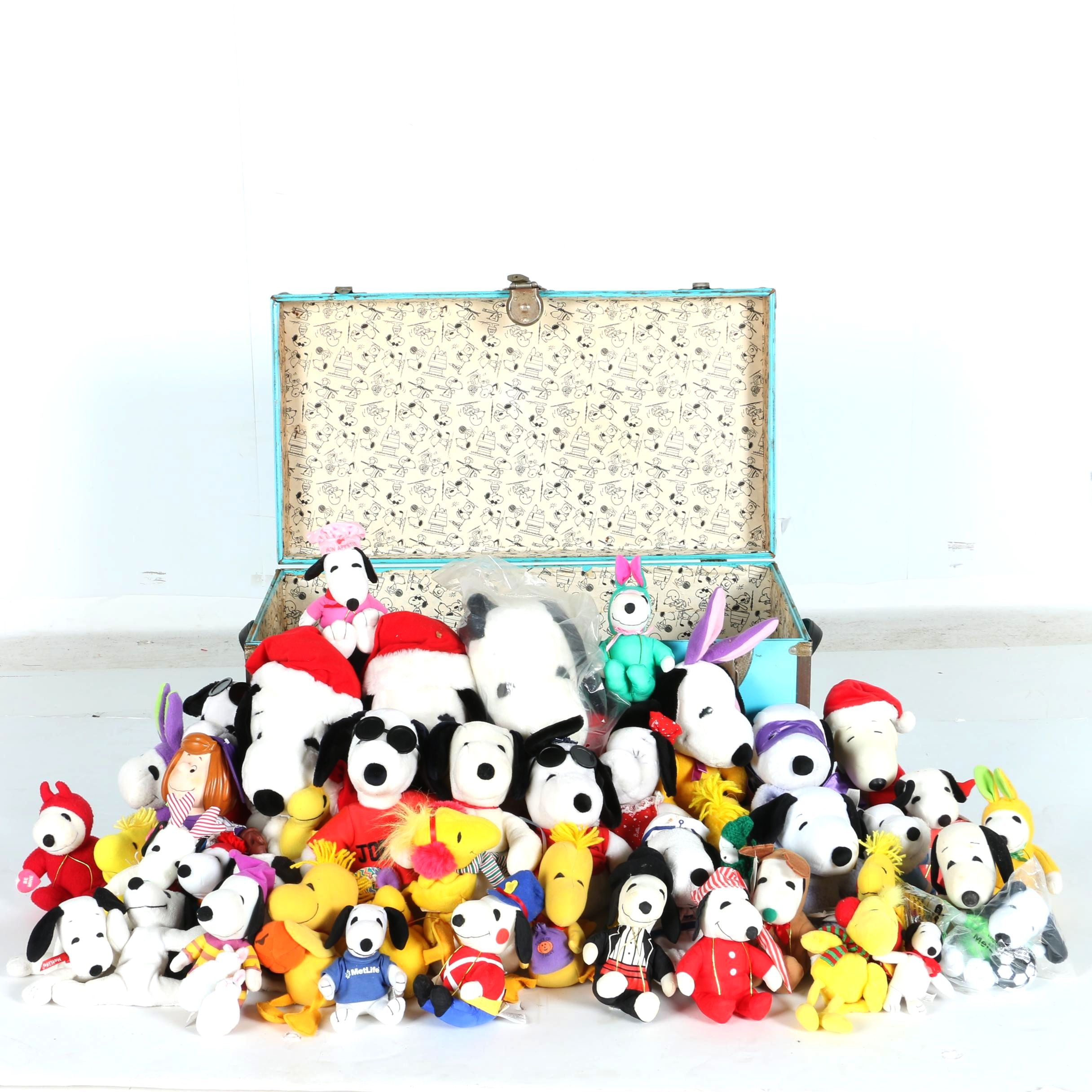 Peanuts Toy Chest With Stuffed Peanuts Characters Ebth