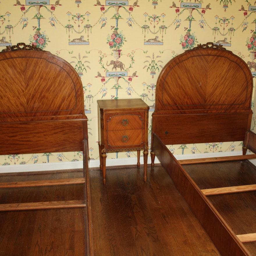 Sligh Furniture Twin Beds and Nightstand ... - Sligh Furniture Twin Beds And Nightstand : EBTH