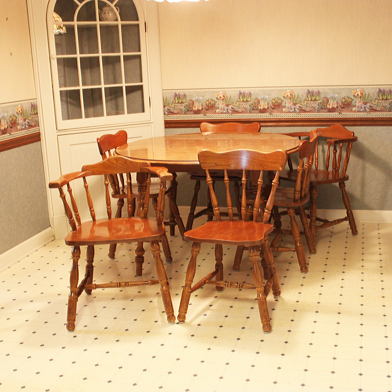 Vintage Traditional Style Dining Table and Chairs