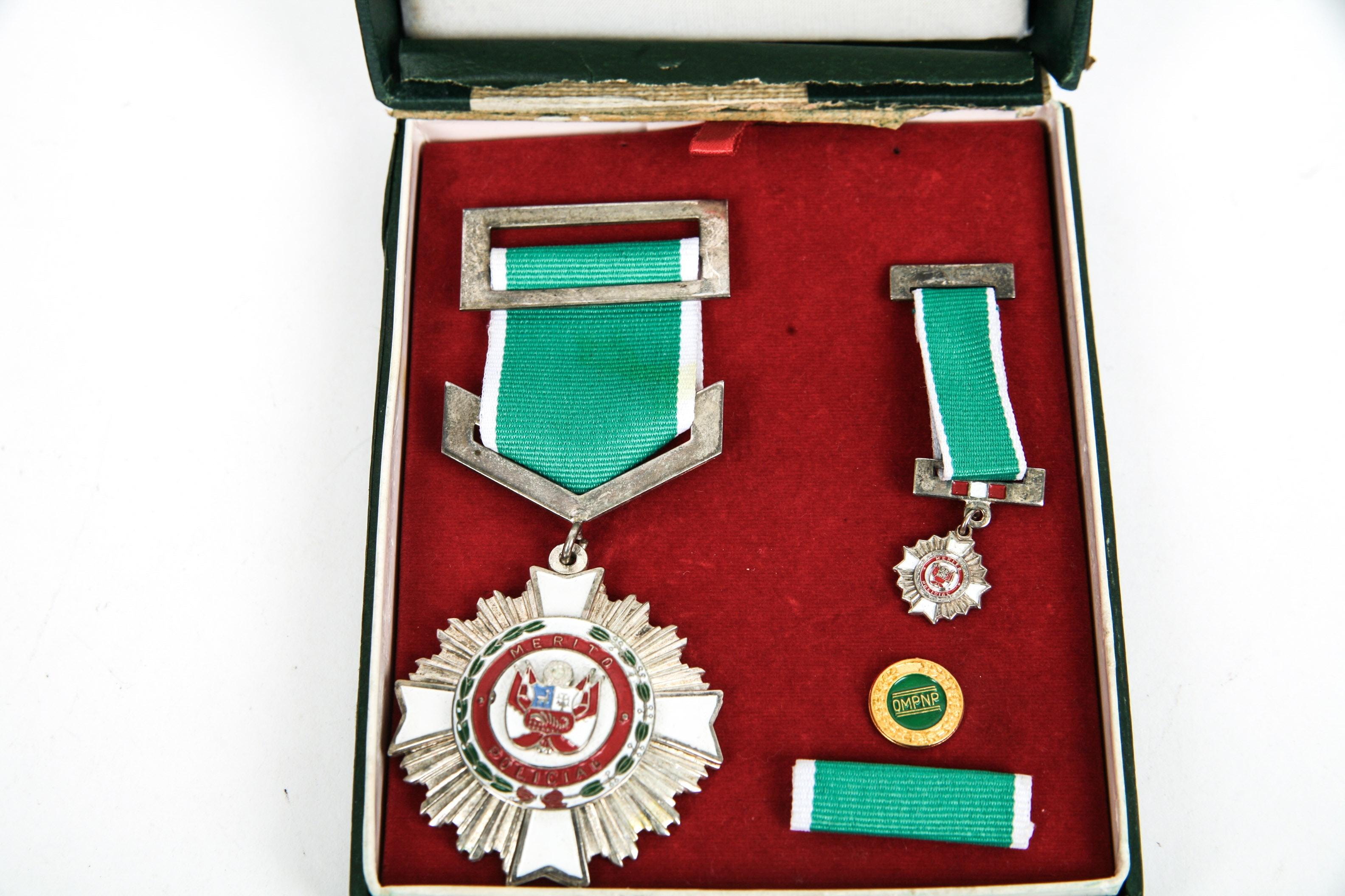 "Peruvian ""Merito Policial"" Medal Set in Case"
