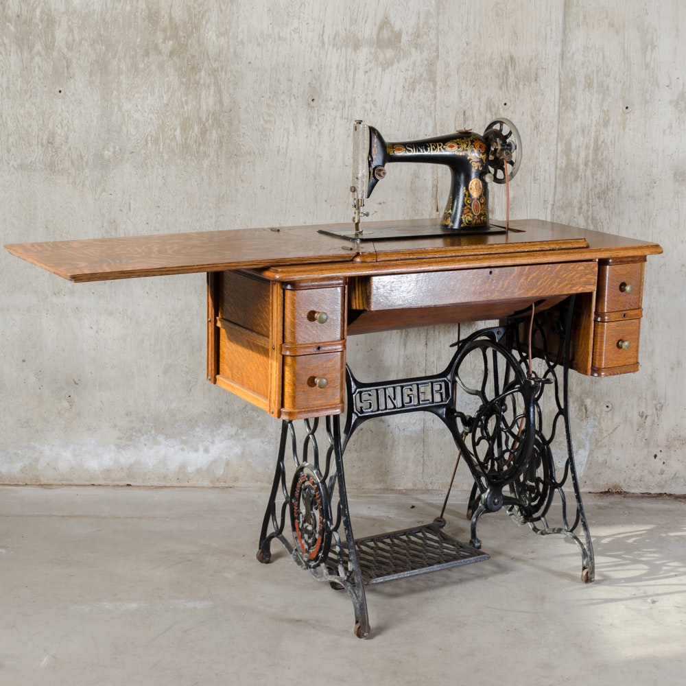 Ordinaire Antique Singer Sewing Machine And Treadle Table ...