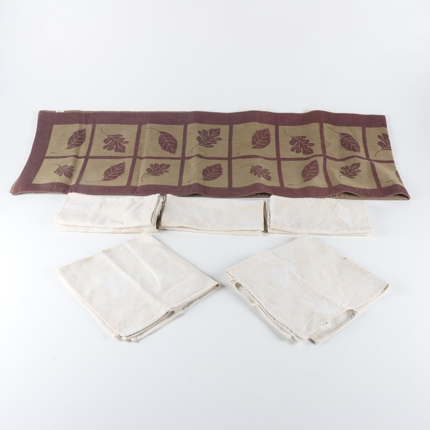 Crate Barrel Cloth Napkins And Table Runner Ebth