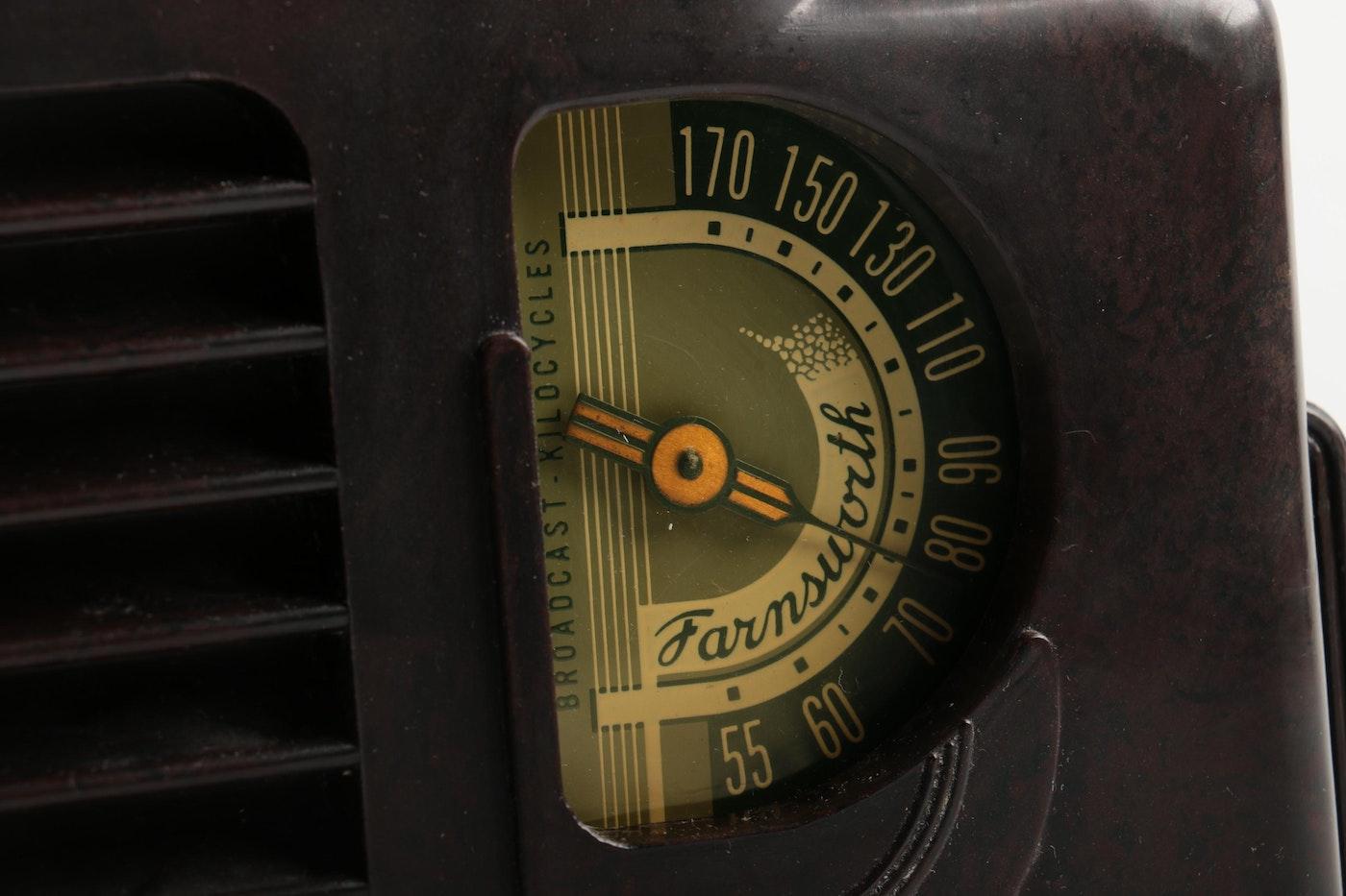Vintage art deco style farnsworth bakelite radios ebth - Deco vintage chic ...