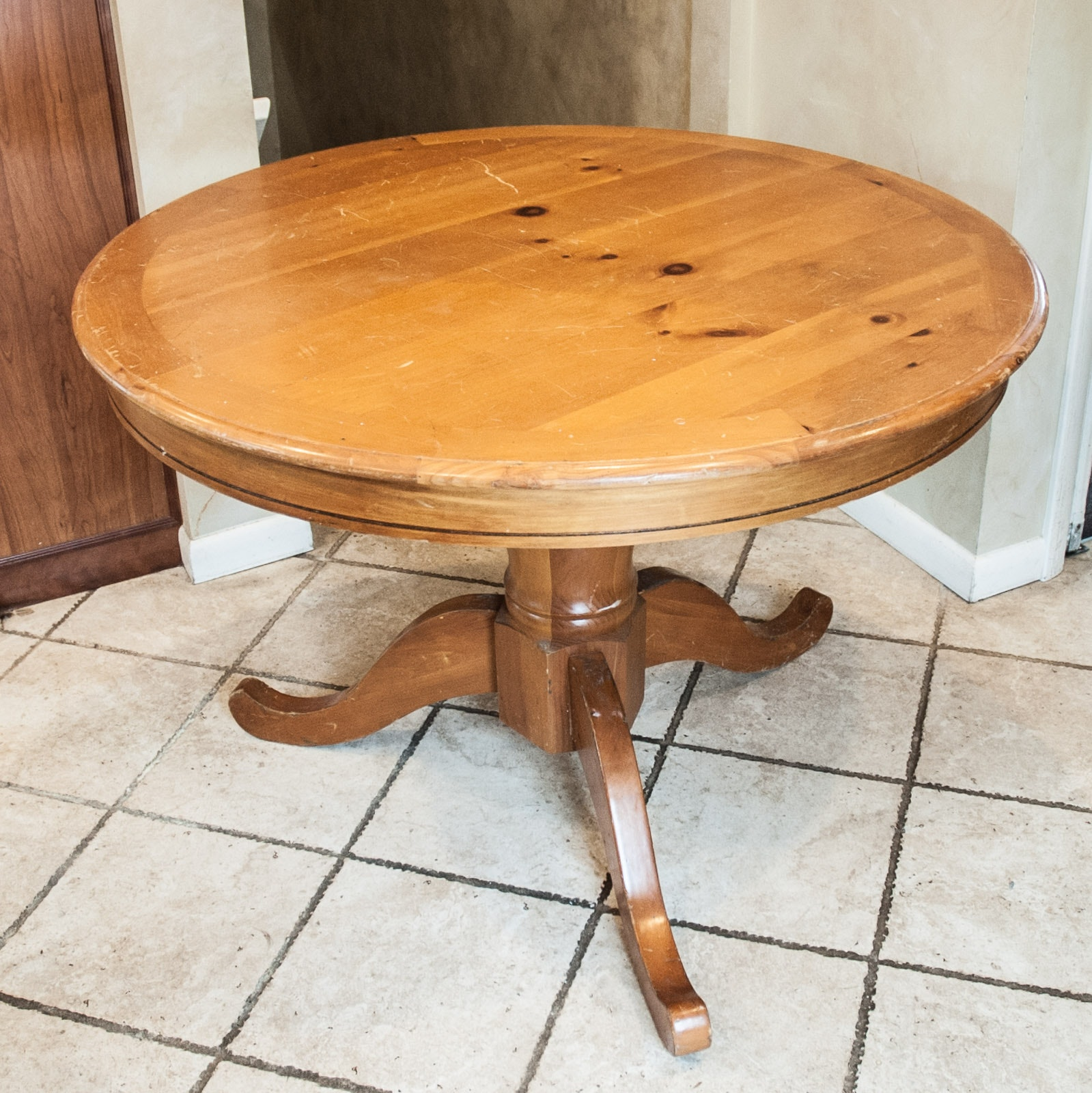 Round Knotty Pine Kitchen Table ...
