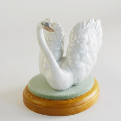 "Lladró ""White Swan"" With Base Porcelain Figurine"