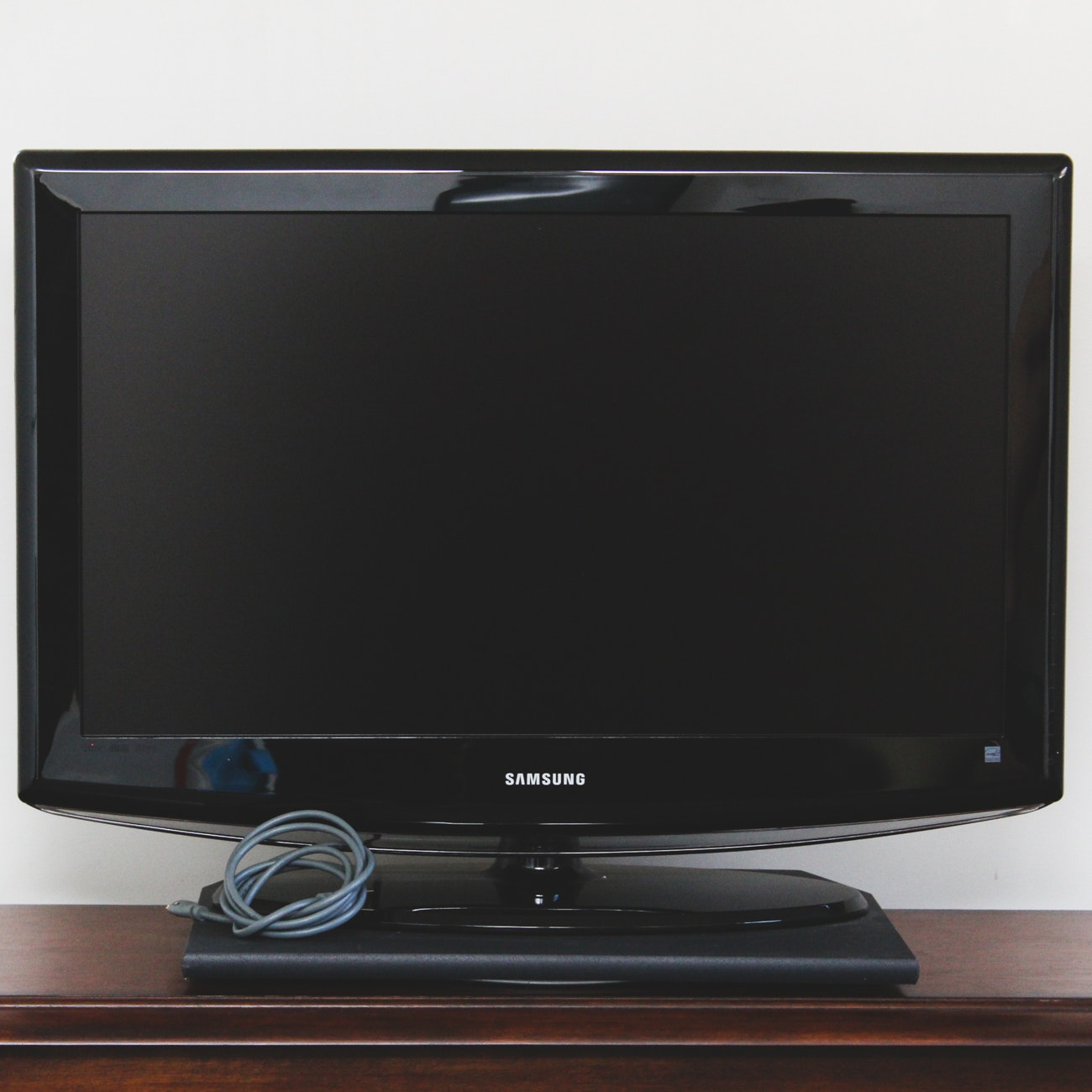 Samsung 32-Inch LCD HDTV with Swivel Base