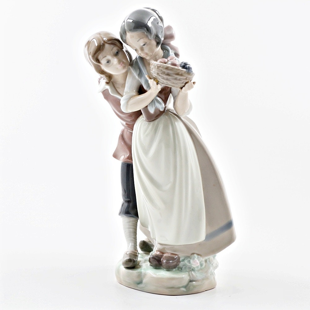 Lladro Porcelain Figurine Of Courting Couple