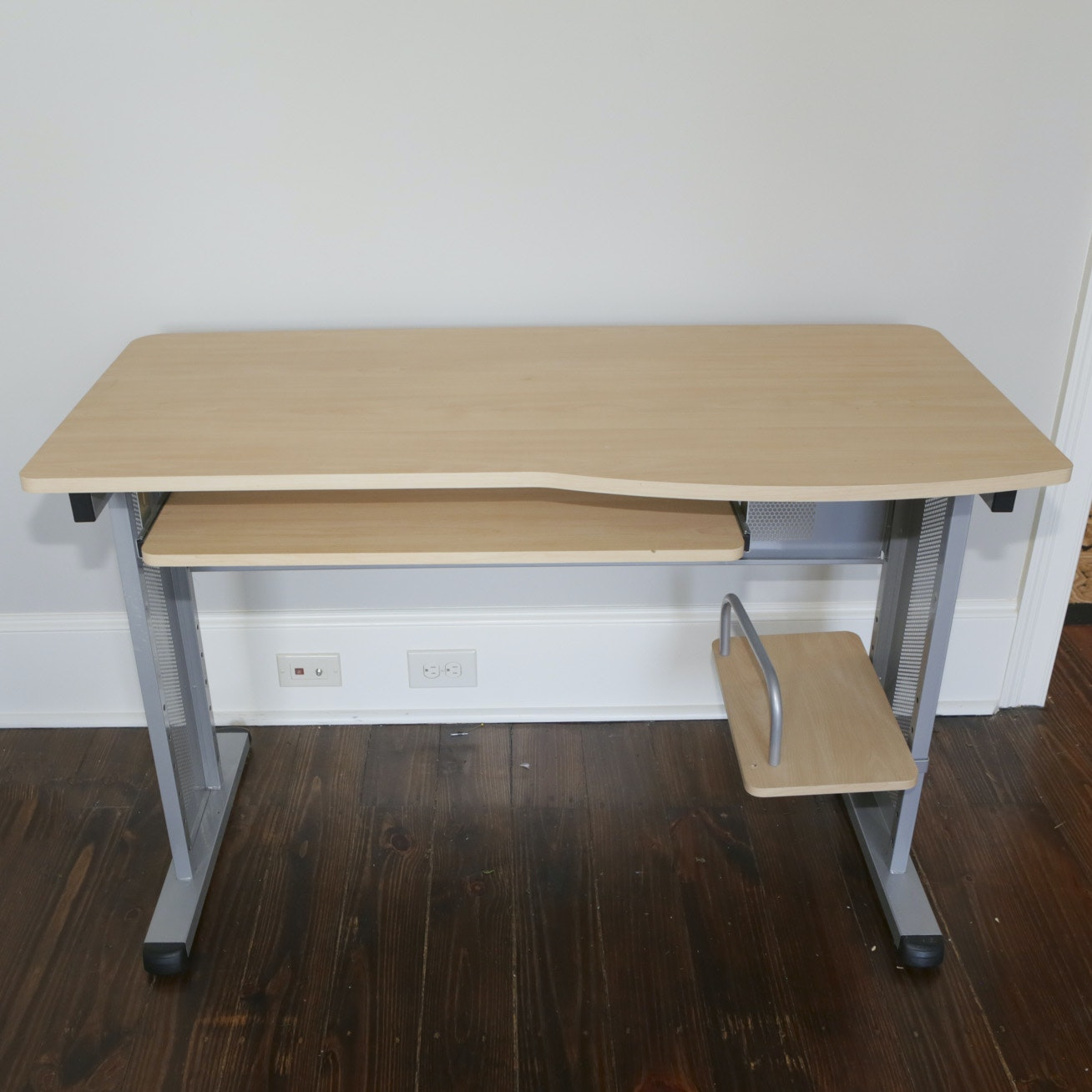 Modern Computer Desk by Studio RTA