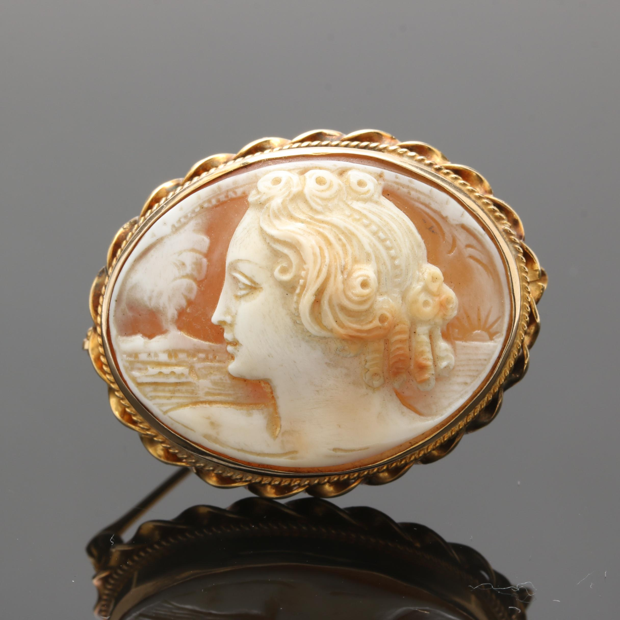 Vintage 14K Yellow Gold Carved Helmet Shell Cameo Brooch
