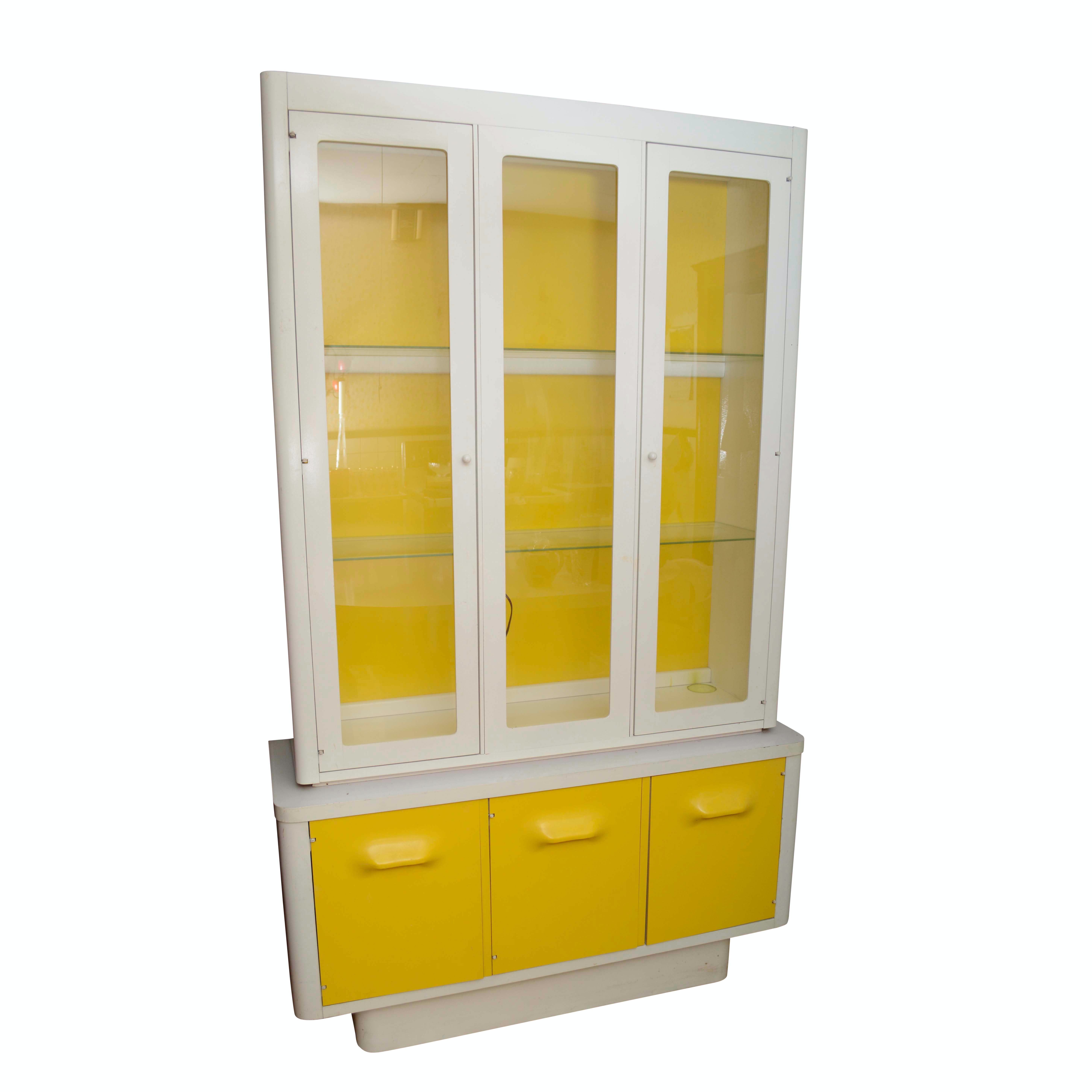 Etonnant Mid Century White And Yellow Metal China Cabinet ...