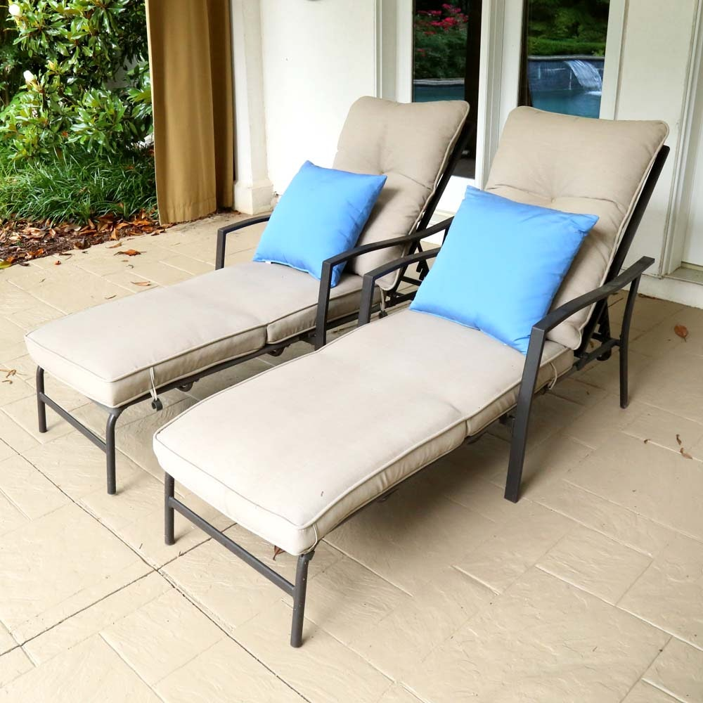 & Pair of Patio Lounge Chairs : EBTH