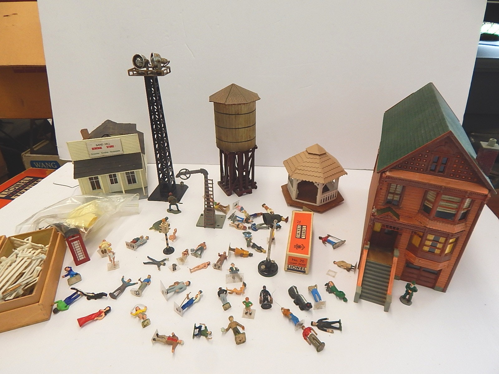 Vintage O-Gauge Train Figures, Buildings, Lamps, Lights, and Accessories