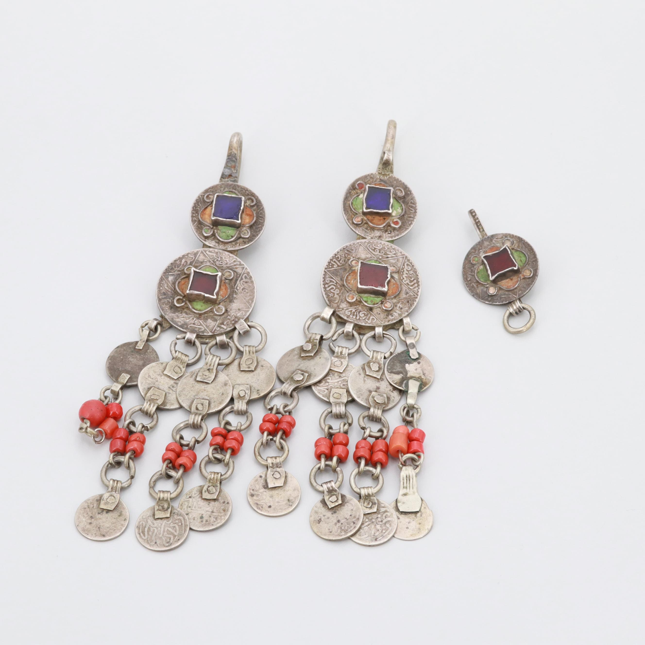 800 and 900 Sliver Coral and Glass Adornments