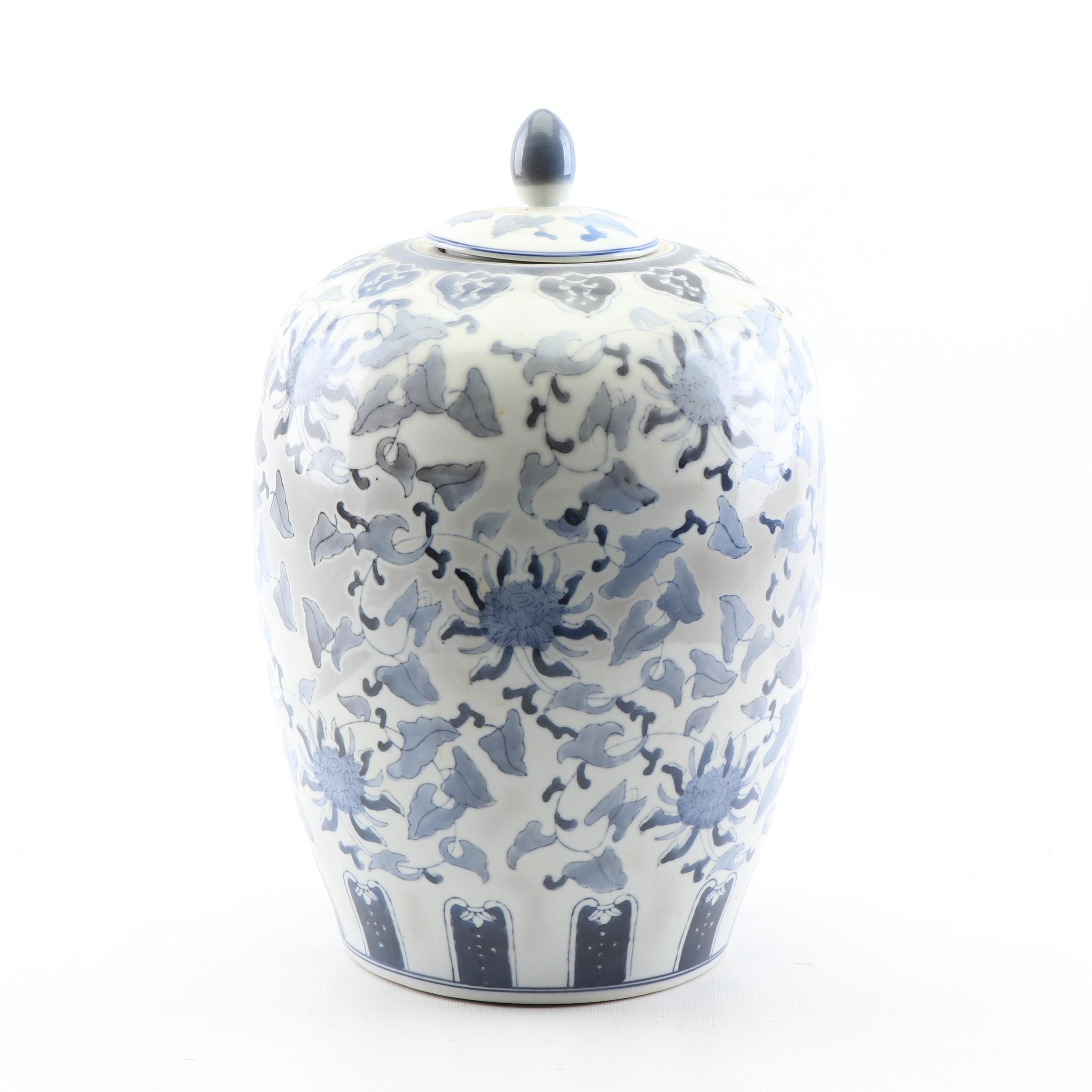 Chinese Hand-Painted Blue and White Porcelain Covered Jar