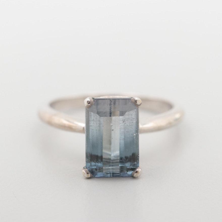 Turmalina gris azulada en anillo de oro blanco de 14 quilates