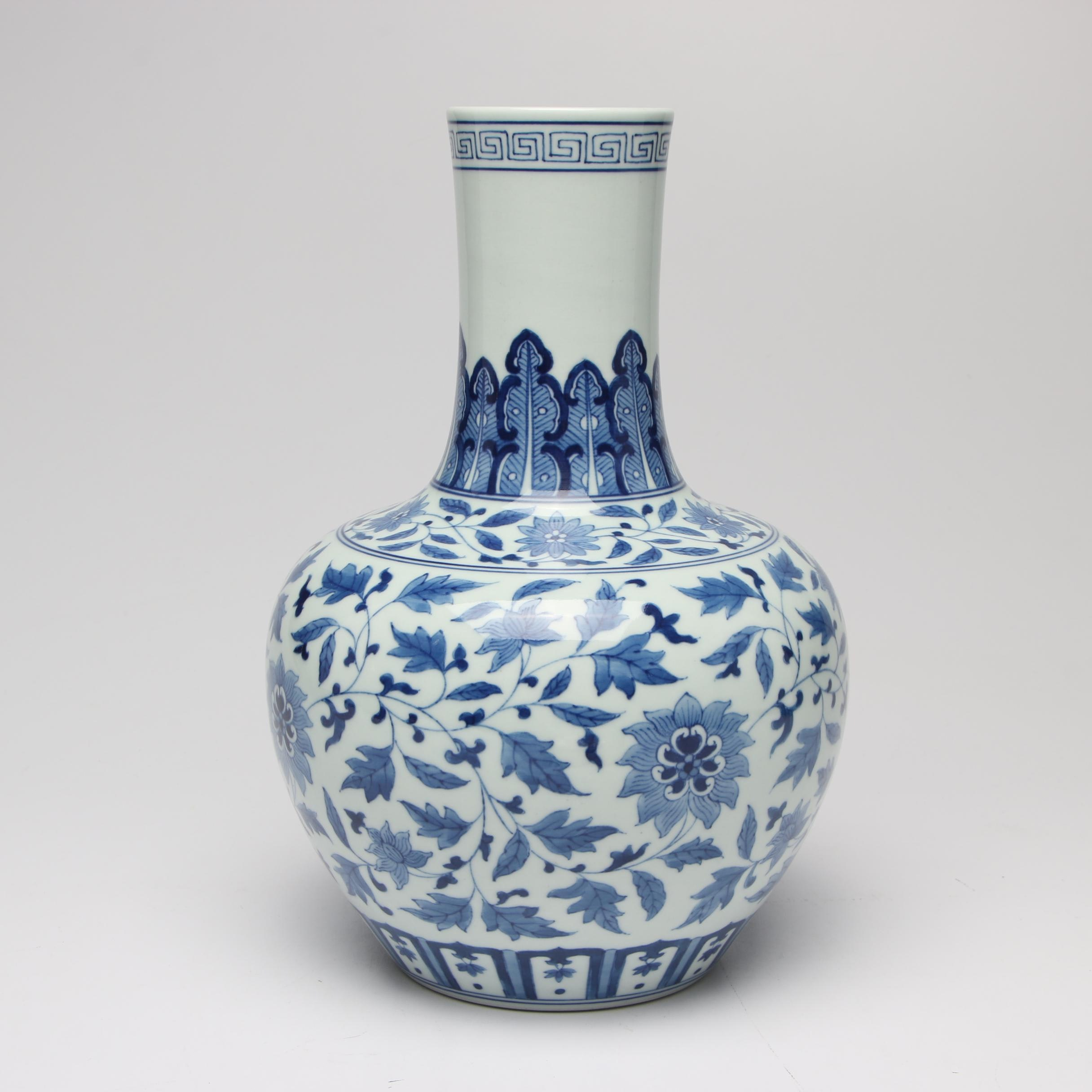Chinese Porcelain Vase, Mid to Late 20th Century