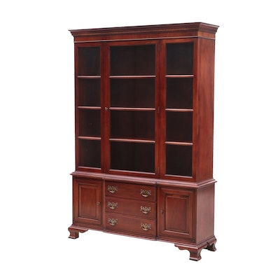 Hickory Chair Company George III Style Mahogany Curio Cabinet, 20th Century