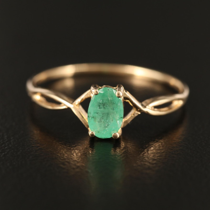 14K Emerald Ring with Twist Motif Shoulders
