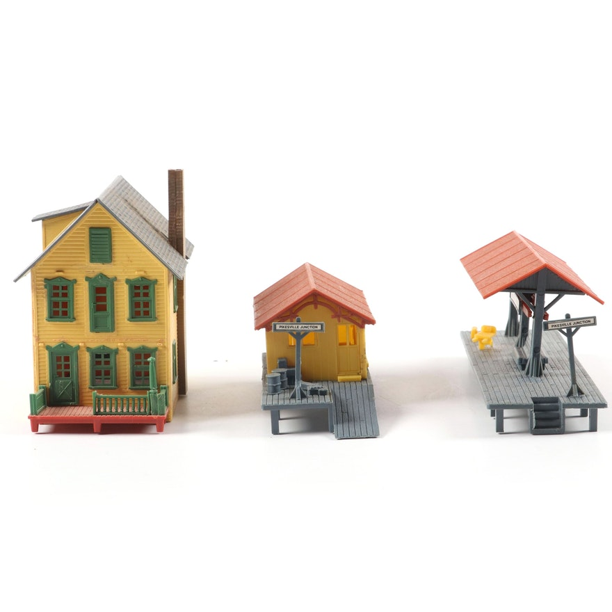 Tyco HO Scale Train Tracks, Transformers, Buildings and More